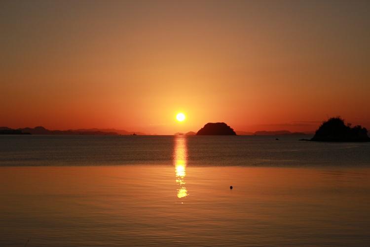 今治市大西町にある鴨池海岸の夕景(提供:今治市役所)