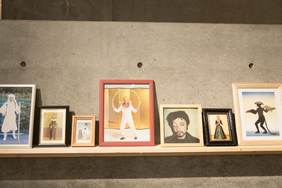 浅葉克己さんが手掛けた数々の広告が壁一面を覆う