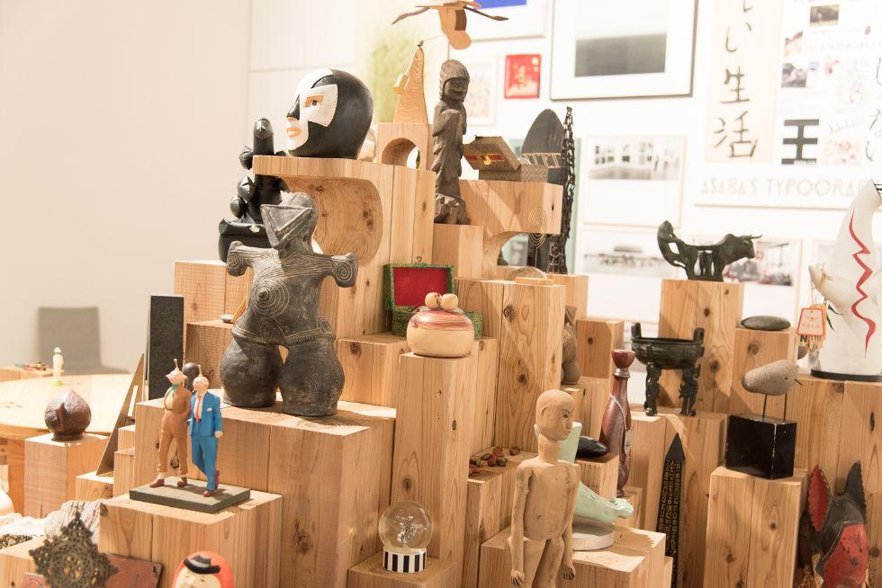浅葉克己さんが各地で集めたオブジェが並ぶ。仮面の女神(中央左)は、縄文時代の置物