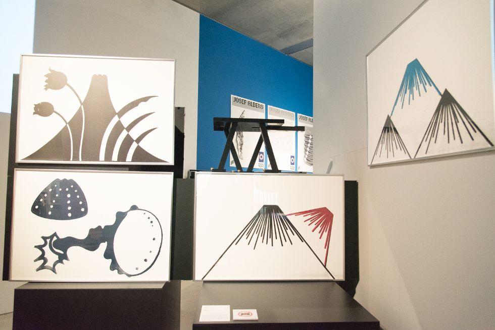 資生堂PR誌「花椿」のアートディレクターを長年務めた、仲條正義さんによる作品「フジのヤマイ」も展示されている。中央の作品の上部にあるのは「猫脚のテーブル」