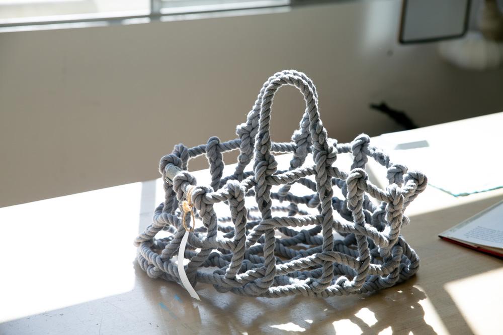 Shigeki Fujishiroの初期アイテム「knot」。素材は陸上自衛隊で使われるロープと同じもの。職人による手仕事で美しく自立するよう結ばれている