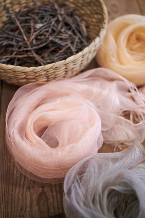 「MAITO/真糸」の桜染めは、桜の枝を素材として作られる