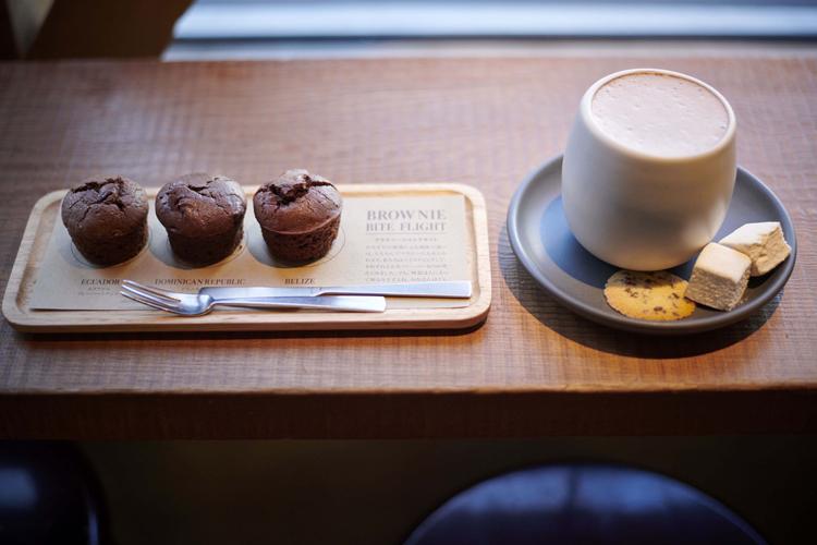 「ダンデライオン・チョコレート」の3種類のチョコレートブラウニー(左)とクラマエホットチョコレート(右)