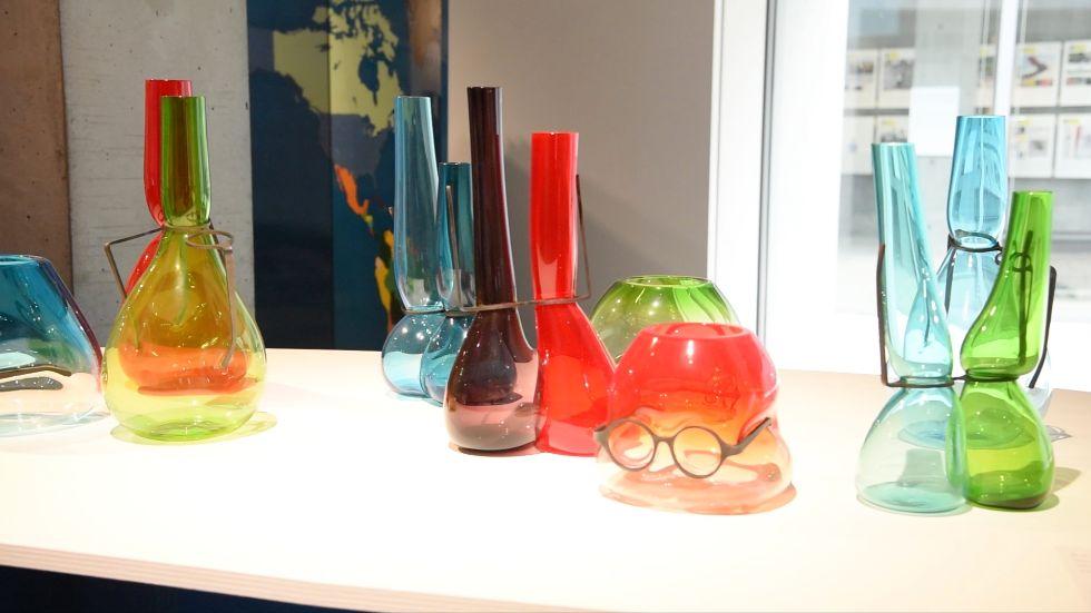 展覧会ポスターのメインビジュアル、ロン・アラッドさんのガラス作品「Where Are My Glasses? Single Lens」