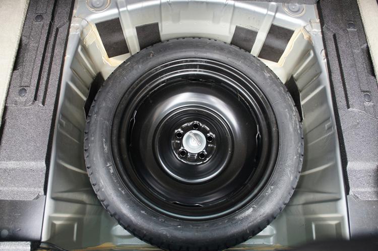 スペアタイヤの収納方法や取り出し方がベース車から変更されていることもある。事前に確認しておこう
