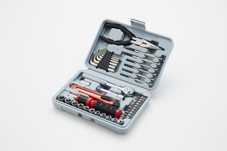 ホームセンターなどで売られているこうした「工具セット」で十分なので、常備しておこう
