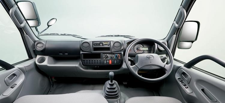 トヨタ・カムロードのインパネ。中央のラジオの場所にカーナビがつけられるようになり、マイナーチェンジ前よりはかなり見やすい位置になった