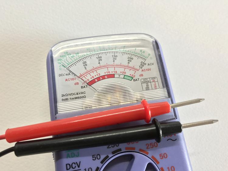 多機能で高級な電流テスターはいらない。アナログなら数百円、デジタルでも2000円程度の製品で十分だ