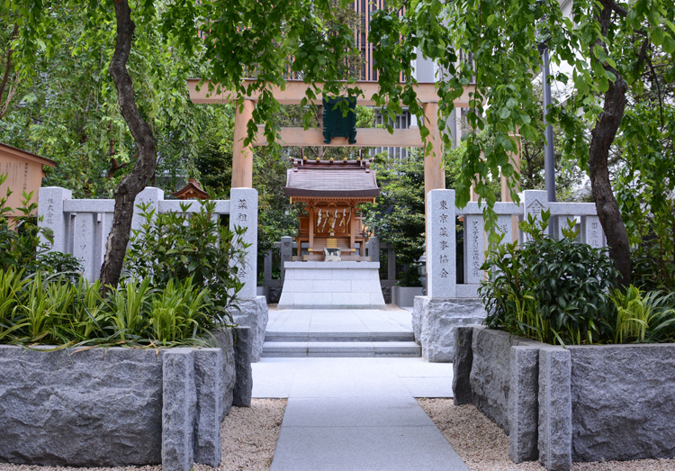 ビルに囲まれた「福徳の森」にある薬祖神社