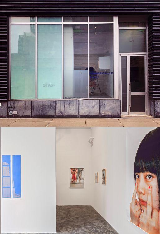 写真上:チャンバー・ファインアートの入り口  写真下:同ギャラリーの展示スペース。中国人ピクシー・リャオによる「オープン・キモノ」展。ギャラリストのダニエル・チェンさんに「なぜ彼女はキモノを作品にしたのですか?」と聞くと、「彼女の夫は日本人で、彼女は着物を通して現在の気持ちを表現している」との答えだった/ Pixy Liao (b. 1979): Open Kimono  Courtesy Chambers Fine Art
