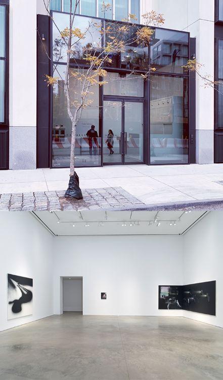 写真上:スリー・オー・スリー・ギャラリーの入り口。 写真下:ギャラリースペース Installation view: Tala Madani, Corner Projections, 303 Gallery, New York, 2018. © 303 Gallery, New York.