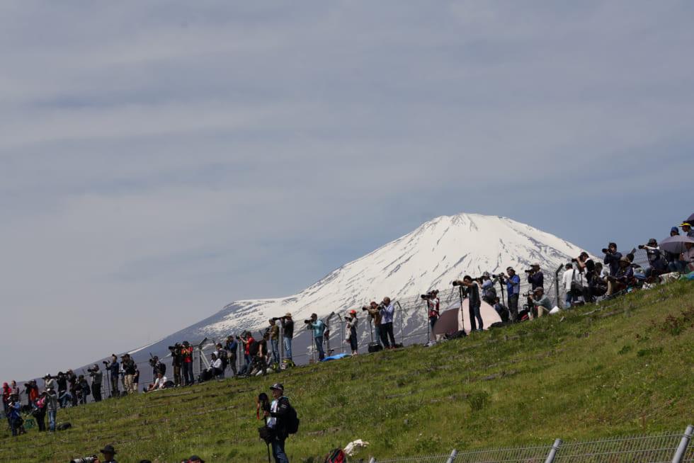 富士を背にカメラをかまえるファン達