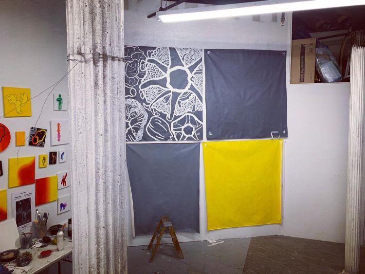 7月開催予定の個展に向けて製作中の伊藤のNYにあるアトリエ風景。地元のアーティストの濱野怜子さんのアトリエの一部をサブレット(間借り)している。物価の上昇により、スタジオ代もかなり値上がりしており、サブレットはこちらのアーティストではよくある光景。昔ながらのロフト(倉庫)を改造したスタジオで数本のパルテノン神殿のようなの柱のある天井の高い作り(約5メートル)になっている