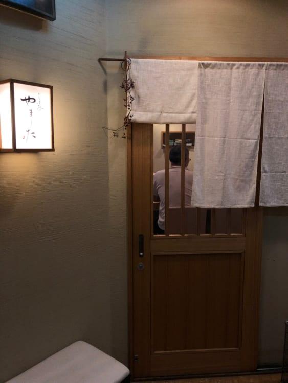 文化通り沿いの雑居ビルの6階にある、カウンターとテーブル1卓の小さなすし屋