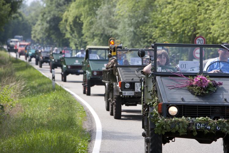ウニモグにはファンが多くドイツで行われたイベントでは多くの車両が集まった(細いタイヤに注目)