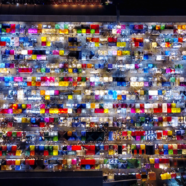 写真集「CHAOTHAI(チャオタイ)」掲載作品、タイ・バンコクの夜市を上から空撮すると宝石箱のような景色が広がっていた