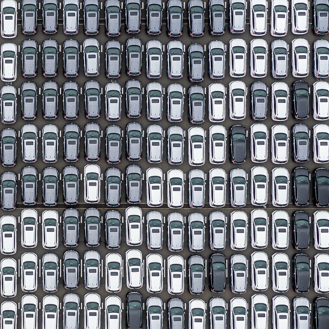 シンガポールで輸入車が奇麗に並べられている様子を空撮