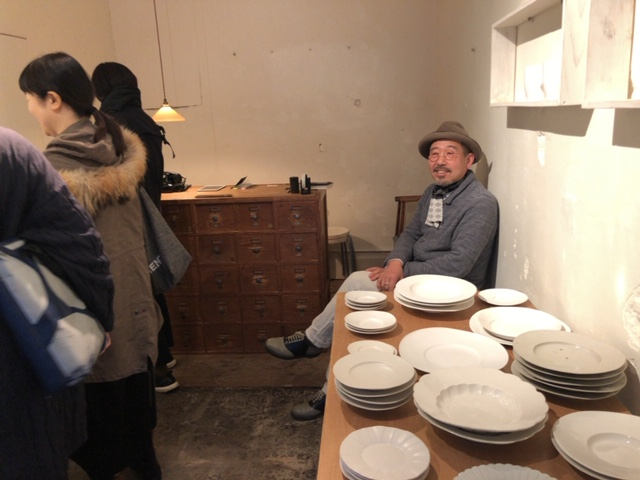 中国でいま大人気の岐阜県の陶芸作家の安藤雅信さん。東京の小さな企画展でご本人が店番をする様子。思いは結局、自身でしか伝えられないということを、大切にしている