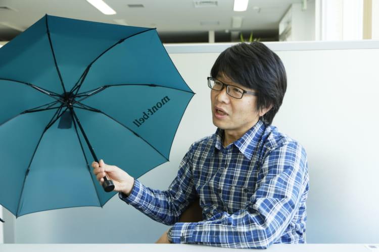 普段からオリジナルモデルである「トレッキングアンブレラ」をバッグに忍ばせているというモンベル広報部の金森智さん