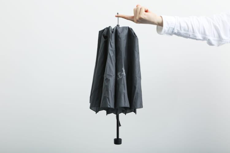 テントには傘を立てかける壁が存在しないため、先端にはループが付いている。ロープやフックなどにかけておけば、倒れて汚れる心配がない