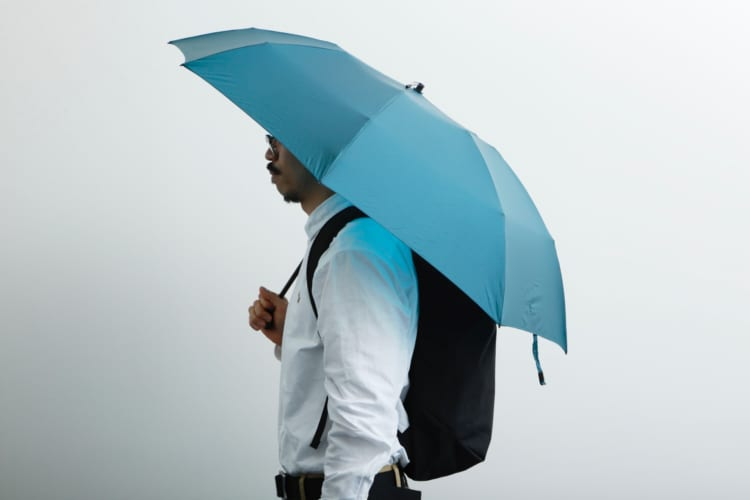バックパックを背負った状態での使用を考慮して、傘を差した時に背中側をしっかりと覆ってくれる「ロングテール」などもラインアップに