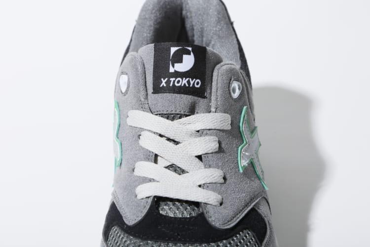 タンにはデザイナーの石黒景太氏がデザインした「FNCY」ロゴ。Xロゴにはリフレクター素材を採用