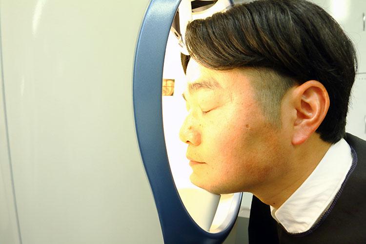 皮膚画像解析装置で隠れシミをチェック