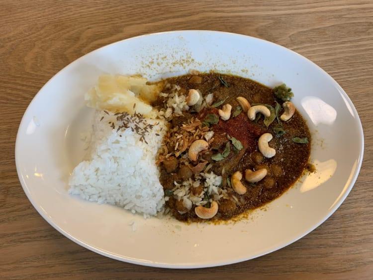 豆の食感とコブミカンの葉の香りが楽しめる「ひよこ豆とカシューナッツのカレー」