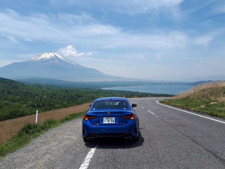 いくつもの峠を越えると突然視界が開けた。遠くに望む富士山と山中湖。その息をのむ美しさに思わず見とれた(撮影=筆者)