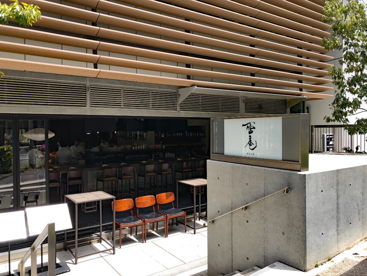 宮下公園と宮益坂上をつなぐ美竹通り沿いのビルの1階にある
