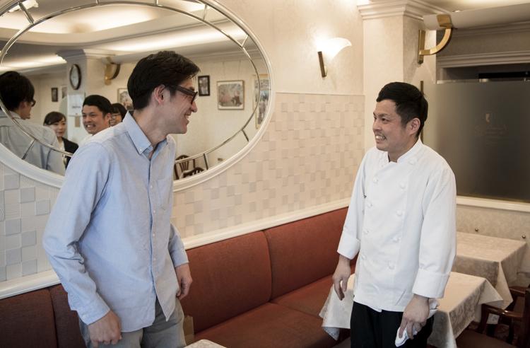 小宮山さんはコロンバンでも有名人。インタビュー中にシェフがあいさつにやってきた