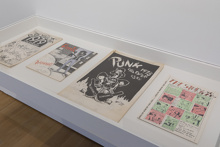 70年代のジンが展示されている。 Installation view of Too Fast to Live, Too Young to Die: Punk Graphics, 1976-1986 at the Museum of Arts and Design, New York (April 9–August 18, 2019).  Photo by Jenna Bascom