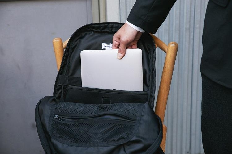 UNIVERSAL PRODUCTSの多機能バッグ。PC専用のポケットや小物をまとめられるよう、メッシュのポケットを備える
