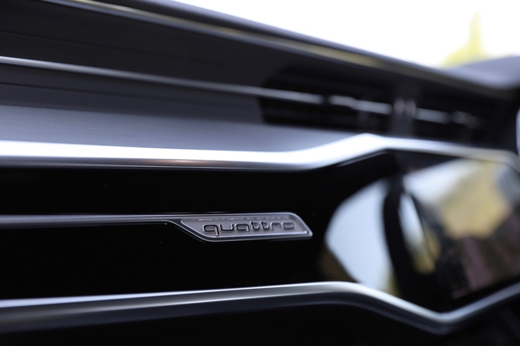ダッシュパネルにはフルタイム4WDのクワトロのエンブレム