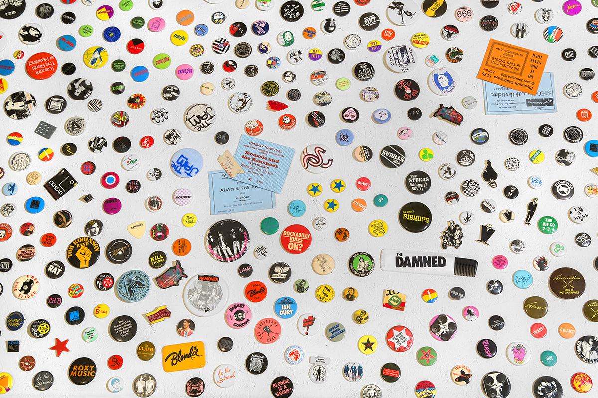 パンク・ファションの定番の缶バッジ。パンク・バンドのグッズの一例で、今もどんどん新しいデザインのものが増え続けているそう Too Fast to Live, Too Young to Die Punk Graphics, 1976–1986, Cranbrook Art Museum, Bloomfield Hills, MI PD Rearick; Courtesy of Cranbrook Art Museum