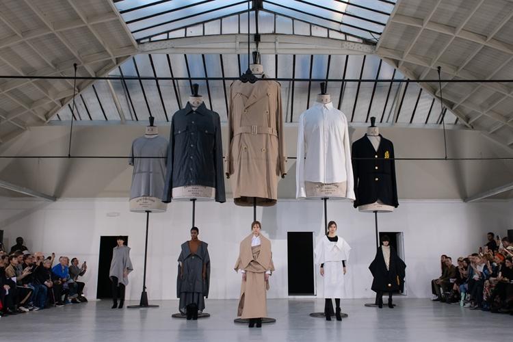 約3倍の大きさで作られた、巨大な服。モデルが着ているのも、全く同じサイズの服です