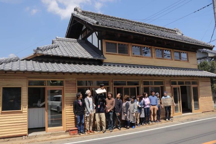 《田舎らしいメディア》町の空き家を活用した栃木県益子町の「ひじのわ」。東京で活動するメディアの方々などが集まり、田舎の町らしいメディアとして「集まりが見える場」をつくっている。活動の様子、使用の予約など、ネットで行える