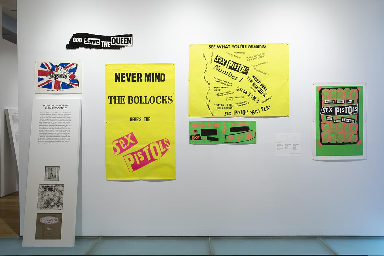 イギリス(以下UK)のバンド、ザ・セックス・ピストルズのポスター。デザインはデザイナーのジェイミー・リード。後ほど取り上げる美術館、MADの展示風景より。 Installation view of Too Fast to Live, Too Young to Die: Punk Graphics, 1976-1986 at the Museum of Arts and Design, New York (April 9–August 18, 2019). Photo by Jenna Bascom
