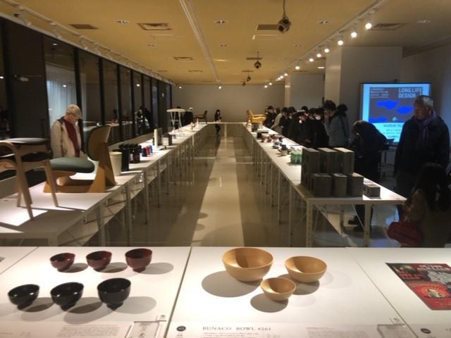 《「ロングライフデザイン展」の様子》日本のロングライフデザインをジャンルに関係なく集めてみた展覧会。デザインと言うと、デザイナーの有名性やエッジの効いた個性的なものを言いがちだけれど、時間軸で捉える、つまり、昔から存在していたもの、という観点でみると面白くみえてくる