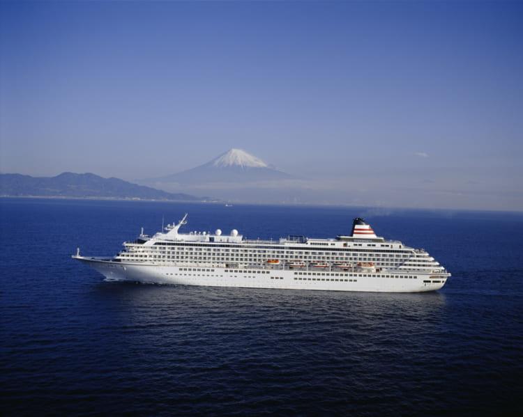 富士山を背景に、「飛鳥Ⅱ」の純白の船体がマリンブルーの大海原に映える