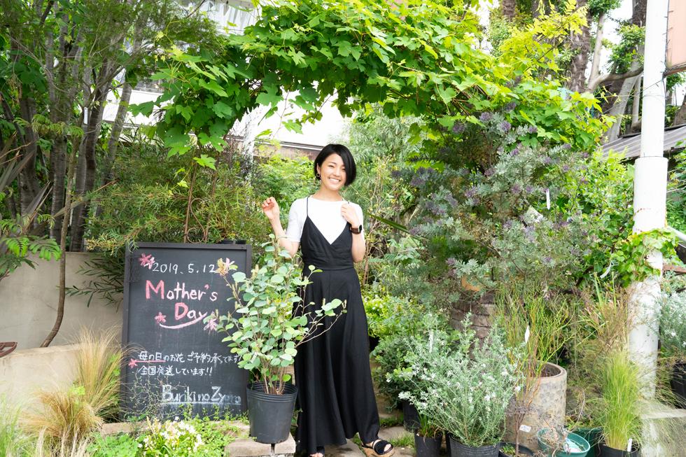 大好きな「ブリキのジューロ」での一枚。 いつもここで植物や花を買っては、家の小窓の前に並べていた。 「子供がいるから、遠くに行くことができない」 だからこそ、都心の中でも少しでも自然を感じていたくて、ここに通っていた。