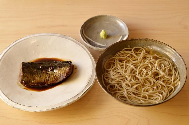 温かいかけそばに、にしんの旨煮を別に添えた「にしんそば」1900円