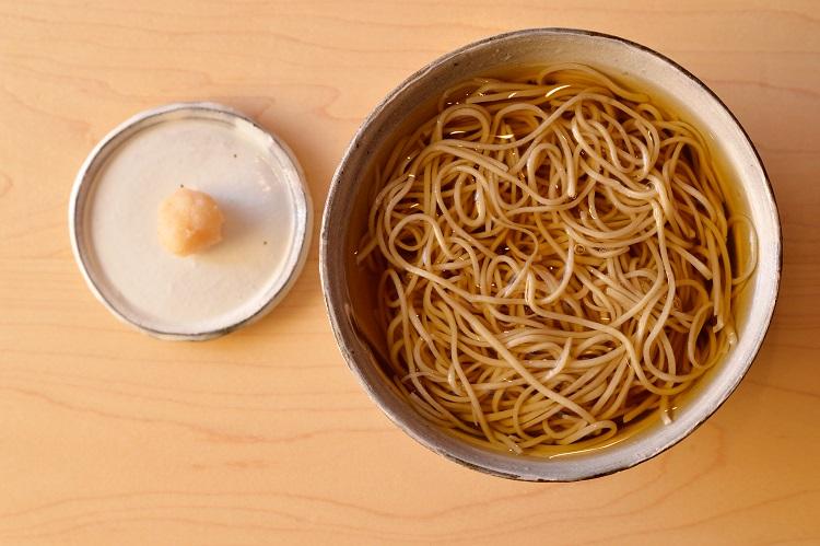 梅肉入りの大根おろしが添えられた「ひやかけそば」1000円
