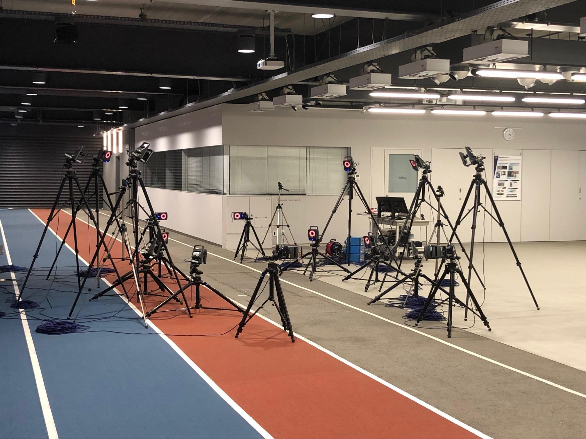 アシックススポーツ工学研究所の内部。中央に配置された数多くのカメラが、モーションキャプチャなどを撮る「光学式三次元動作分析システム」