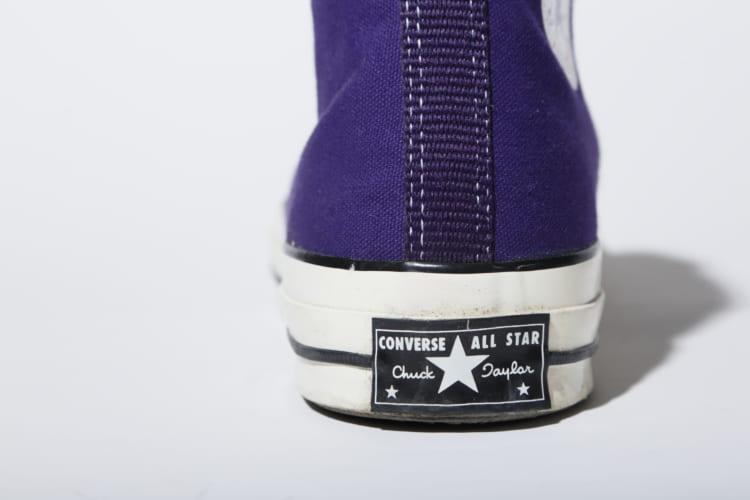 大草さんのベストアングルはバックショット。現行モデルのヒールパッチは白地に「ALLSTAR(オールスター)」のプリントが入るが、「CTAS 70's」のヒールパッチは黒字に「Chuck Taylor(チャックテイラー)」の文字