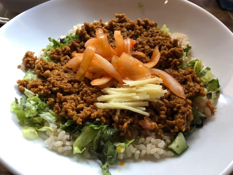 10種類以上のスパイスで炒めたチキンのキーマは玄米とよく合う