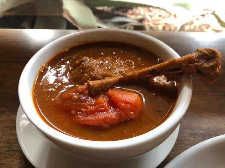 炒めたタマネギに骨付きチキンのコクが加わり甘みを感じる「トマトとチキン」