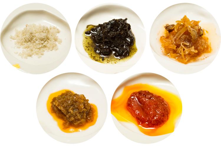 上左から、トリュフ塩、オリーブ葉の塩漬け、自家製XO醤。下左から馬来醤、麻辣豆板醤