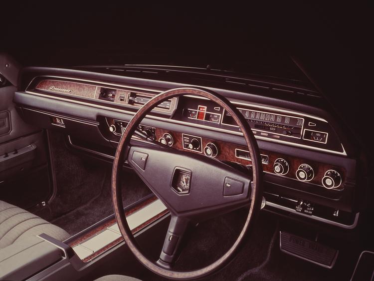 75年にダッシュボードも少し新しくなったが橫バーの速度計が時代を感じさせる