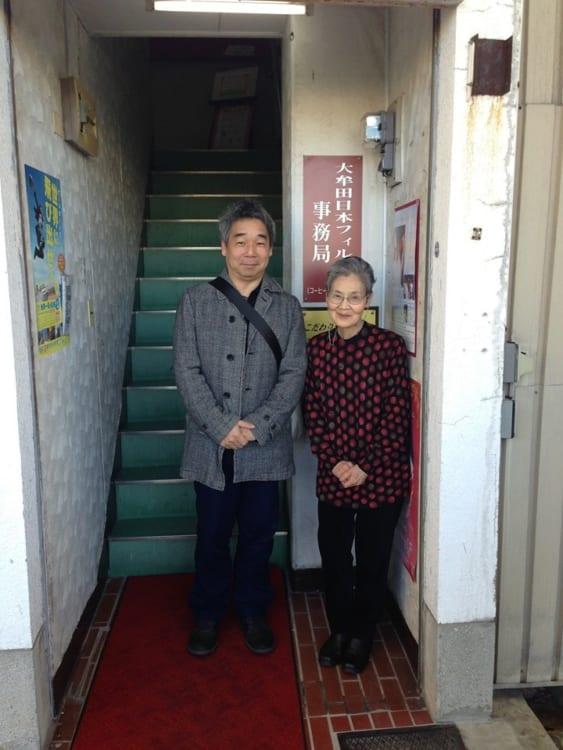 日本フィルを知ってしばらくたった時、日本フィル九州公演を30年以上、九州大牟田に呼び続けている喫茶店のオーナーおばあちゃんがいるという話を聞き、その長きにわたる支援のことを知りたくなり、大牟田へ。写真はその日本フィルの九州大牟田公演の事務所として、活動の拠点となっている喫茶店「コーヒーサロン原」とそのオーナーの上野さん。ここはその後、2019年5月に長い活動拠点としての幕を下ろす。それを受け、地元の若者が立ち上がり、継続の動きが……。その様子は後半で